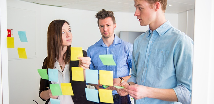 business-people-communicating-while-sticking-PEUZD7Fv2